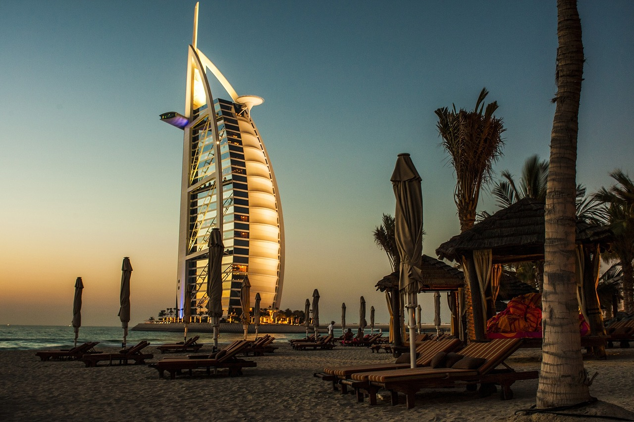 Nos bons plans pour visiter Dubaï Dubaï? Une destination romantique qui fait rêver tous les couples. Mais est-ce que vous connaissez vraiment les activités que vous pourrez effectuer dans cet endroit emblématique? Si vous vous posez cette question aujourd'hui, car vous souhaitez également profiter d'un séjour inoubliable dans cet endroit, cela tombe bien. Justement, c'est ce que nous allons découvrir. Pour commencer, puisque certains se demandent combien de temps rester à Dubaï, il est à noter que 4 jours sont un minimum. Mais vous pourrez bien entendu y passer toutes les vacances. Il y a tant de choses sur place que vous ne risquerez pas de vous ennuyer. Monter dans la plus haute tour du monde Passer quelques jours à Dubaï sans aller découvrir la tour la plus haute du monde, c'est impossible. Le Burj Khalifa qui mesure au moins 820m vous offre une vue exceptionnelle sur la belle ville. C'est vraiment l'une des activités à ne pas manquer dans cette ville. Seulement, pour éviter de payer fort, mieux vaut réserver pour le lendemain. Mais vous pouvez également tout prévoir et effectuer tôt la réservation pour organiser votre séjour. Mais quand visiter le Burj Khalifa? Nous vous conseillons le moment du coucher du soleil, pour pouvoir profiter de la vue du jour, puis de la nuit. Admirer le coucher de soleil depuis la plage Lors de votre séjour, n'oubliez pas de vous rendre sur la plage publique afin de contempler le coucher de soleil sur le Burj-Al-Arab. En effet, c'est un endroit incontournable pour avoir une belle vue sur le seul 7 étoiles du monde. Certes, la plage publique n'est pas vraiment un lieu paradisiaque, mais c'est tout de même le meilleur endroit pour voir le coucher de soleil. De plus, cela ne vous coute rien, car étant un lieu public, les activités sont gratuites. Et que ce soit en couple ou en famille, admirer la plage est une activité à ne pas manquer. Pour pouvoir en profiter au maximum, il est préférable d'effectuer la visite en fin d'après-midi. Déc